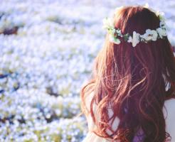 花畑と花冠を付けた女性