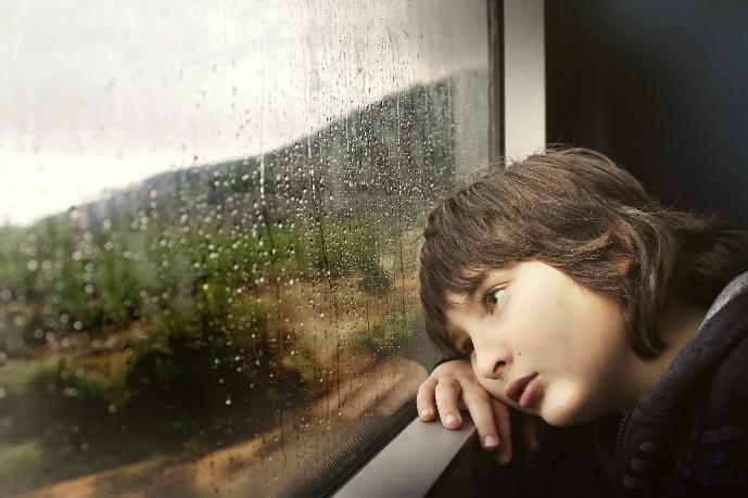 雨をみる人