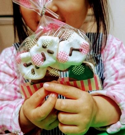 お菓子をもつ子ども