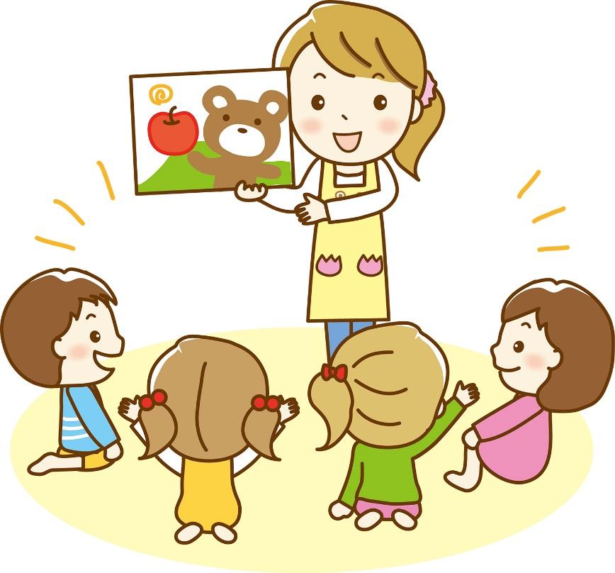紙芝居を読む保育士と子供