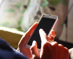 スマートフォンをいじっている写真