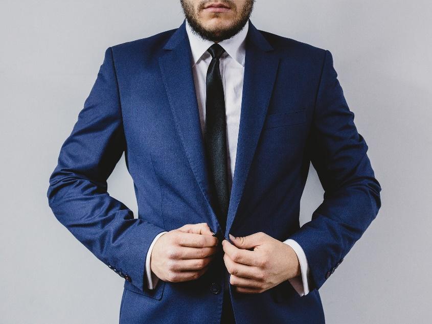 びしっとスーツを着ている男性