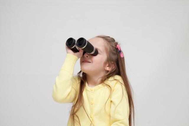 双眼鏡を使う子供