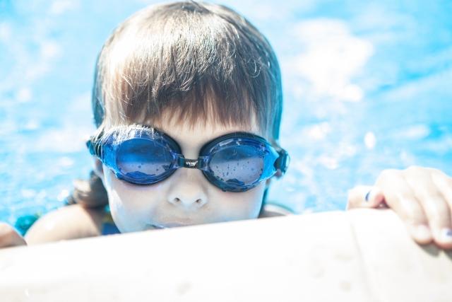 プールに入っている子供