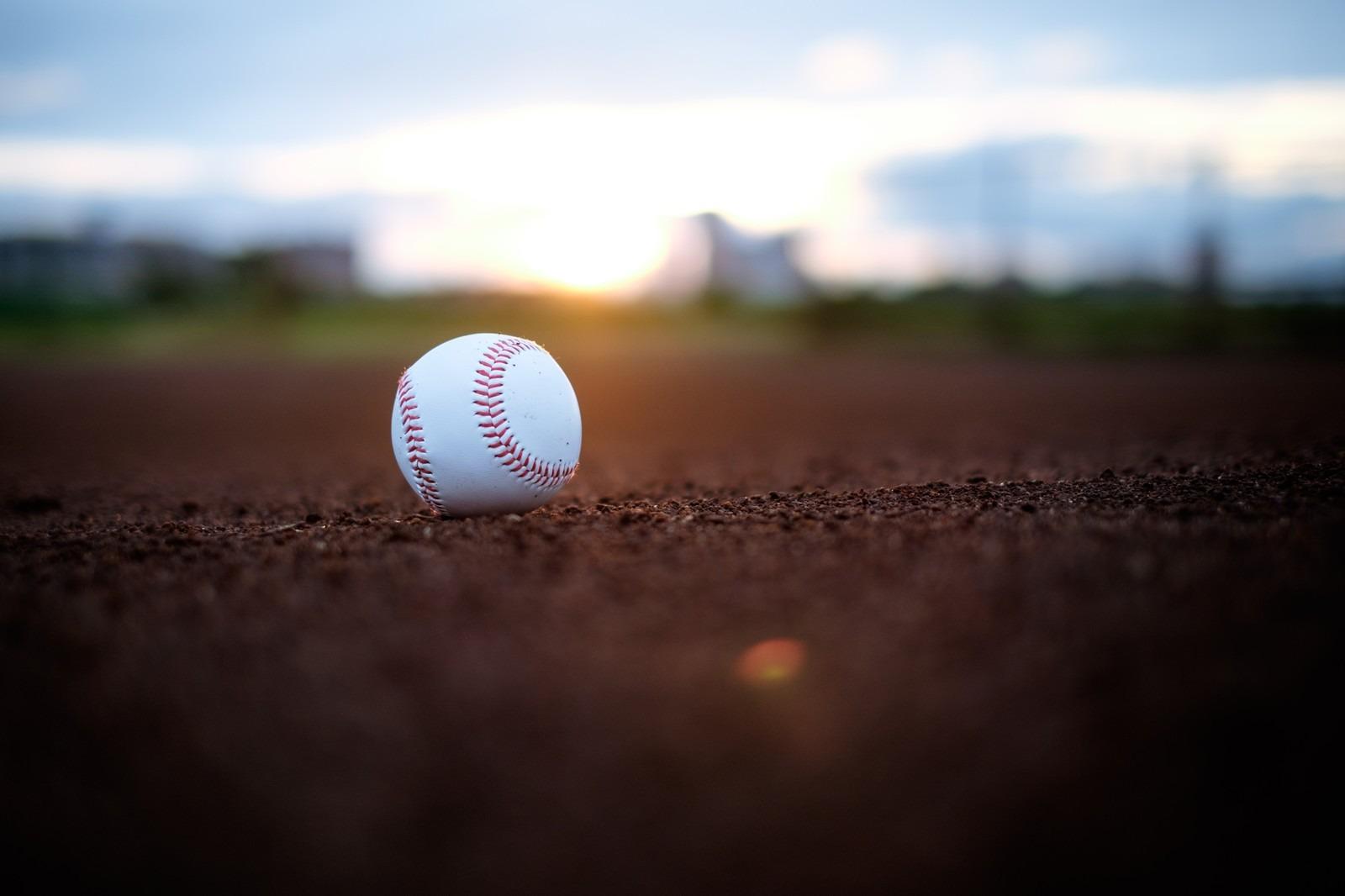 グランドと野球ボール
