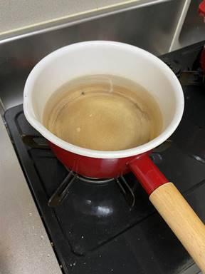 鍋でお湯を沸かす